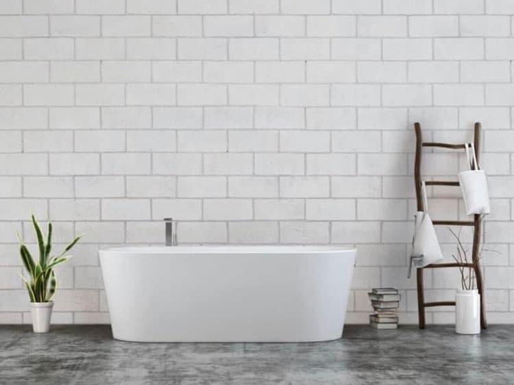 baignoire intérieure de salle de bain en carrelage de céramique sur fond de mur de carreaux granit
